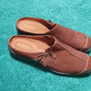 New Naturalizer soft brown suede clogs